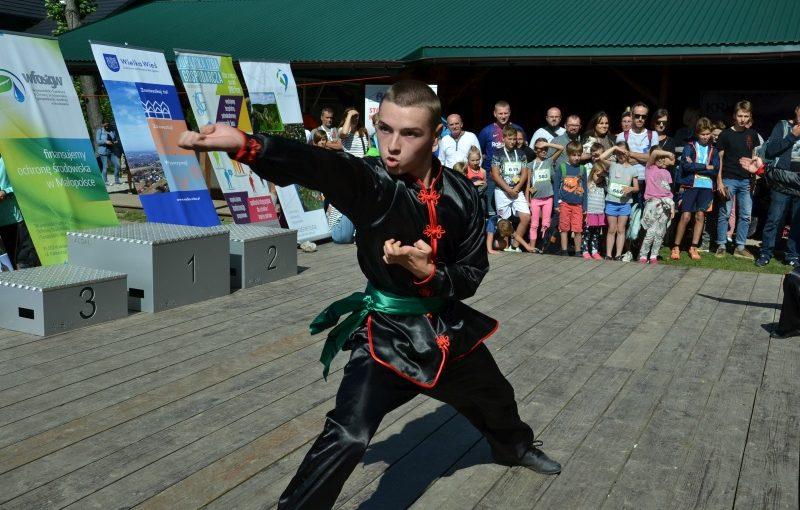 DSC 3497 800x510 - Pokaz kungfu w trakcie Ekobiegu Po Dolinie